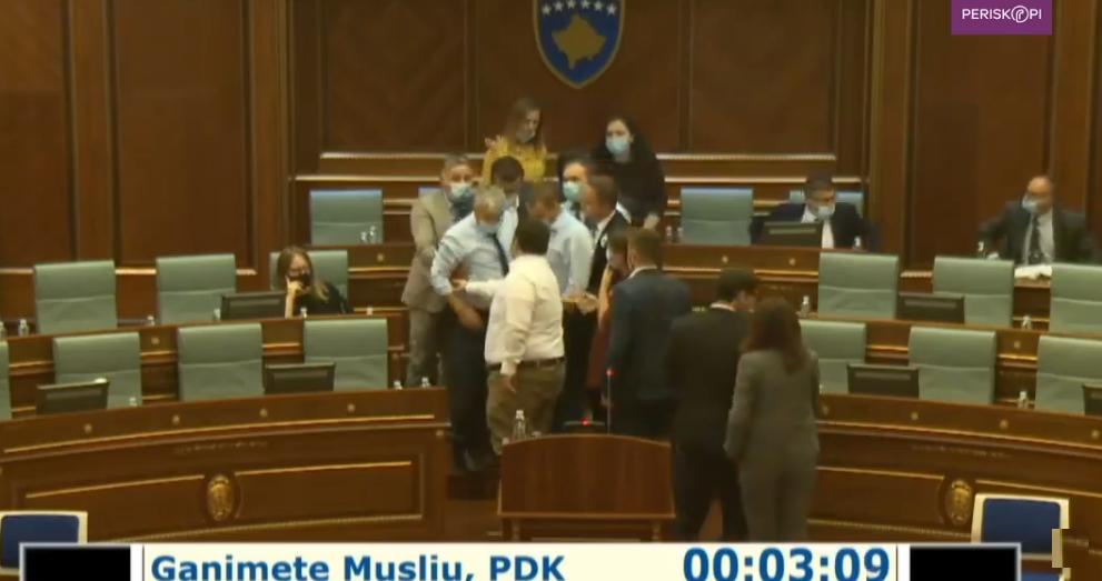 Momenti kur deputetët në kuvendin e Kosovës për pak nuk u rrahën fizikisht